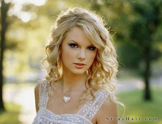 taylor swift long wavy hairstyle